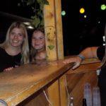 Attraktive TSV-Mädels sorgten sich an den Bars um das Wohl der Gäste.