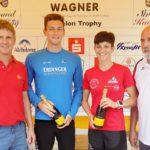 Das Siegerfoto – Bürgermeister Thomas Schmidinger (links) und TSV-Vorsitzenden Günter Verbega (rechts) gratulieren den Siegern des Triathlons 2016 Stefanie Stadler und Florian Angert