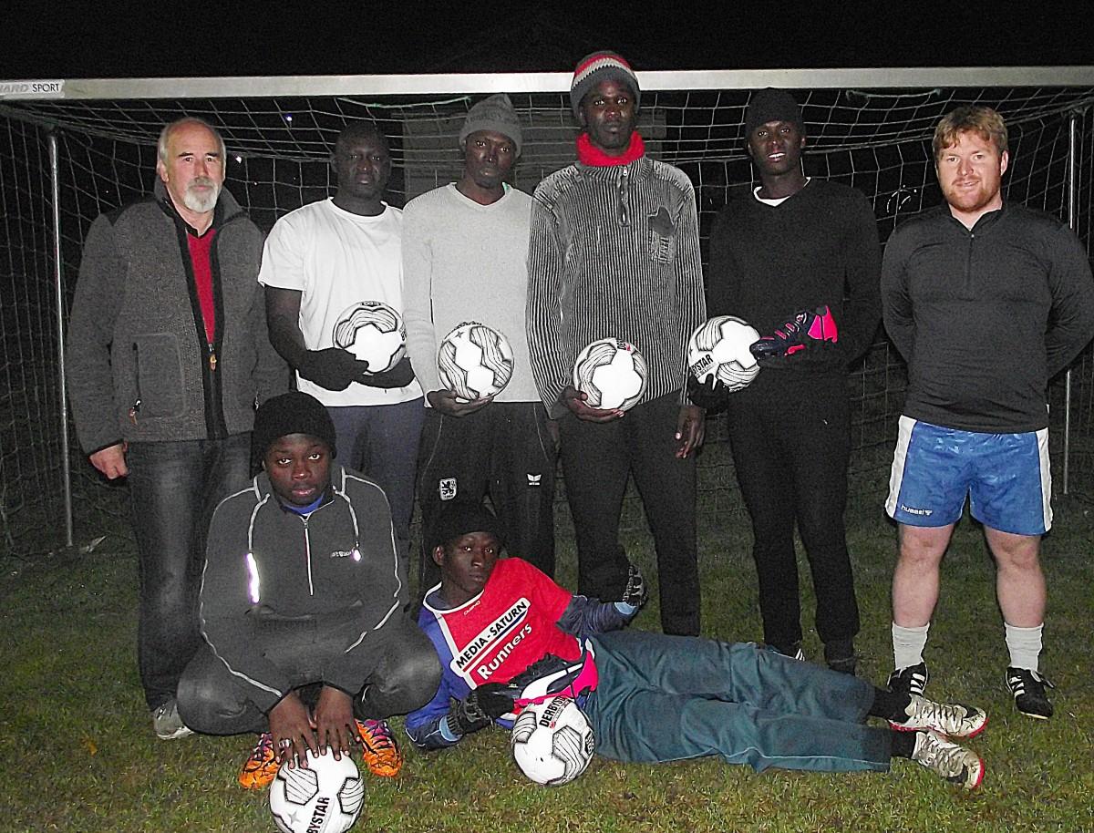 Große Freude herrschte bei den jungen Asylbewerbern bei der Übergabe der Ausstattung durch TSV-Vorsitzenden Günter Verbega (links) und FA-Leiter Dominik Schluck.