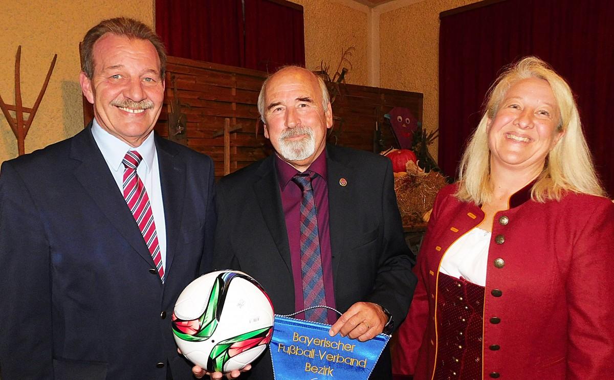 Gut gelaunt gratulierten Claudia Daxenberger vom Landessportverband und Bernd Schul vom Bayerischen Fußballverband (links) dem Jubelverein TSV Schnaitsee und dem Vorsitzenden Günter Verbega zum 90jährigen Vereinsbestehen.