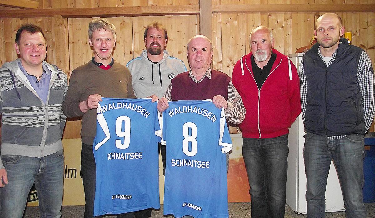 Zur Erinnerung an einen denkwürdigen Abend stellten Manfred Edlmann (TSV, von links), Thomas Schmidinger, Klaus Seidl (SVW), Vitus Pichler, Günter Verbega (TSV) und Alex Rost (SVW)die neuen Trikots vor.