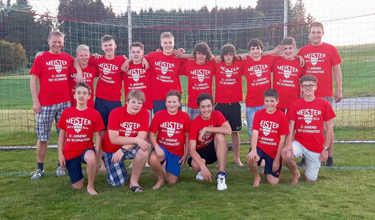 Nach dem letzten Spiel bekamen die C-Junioren-Meisterspieler ihr Meister-Shirt überreicht und präsentierten sich mit ihren Trainern Roland Wastlhuber (links) und Sebastian reinthaler zum Meisterfoto.
