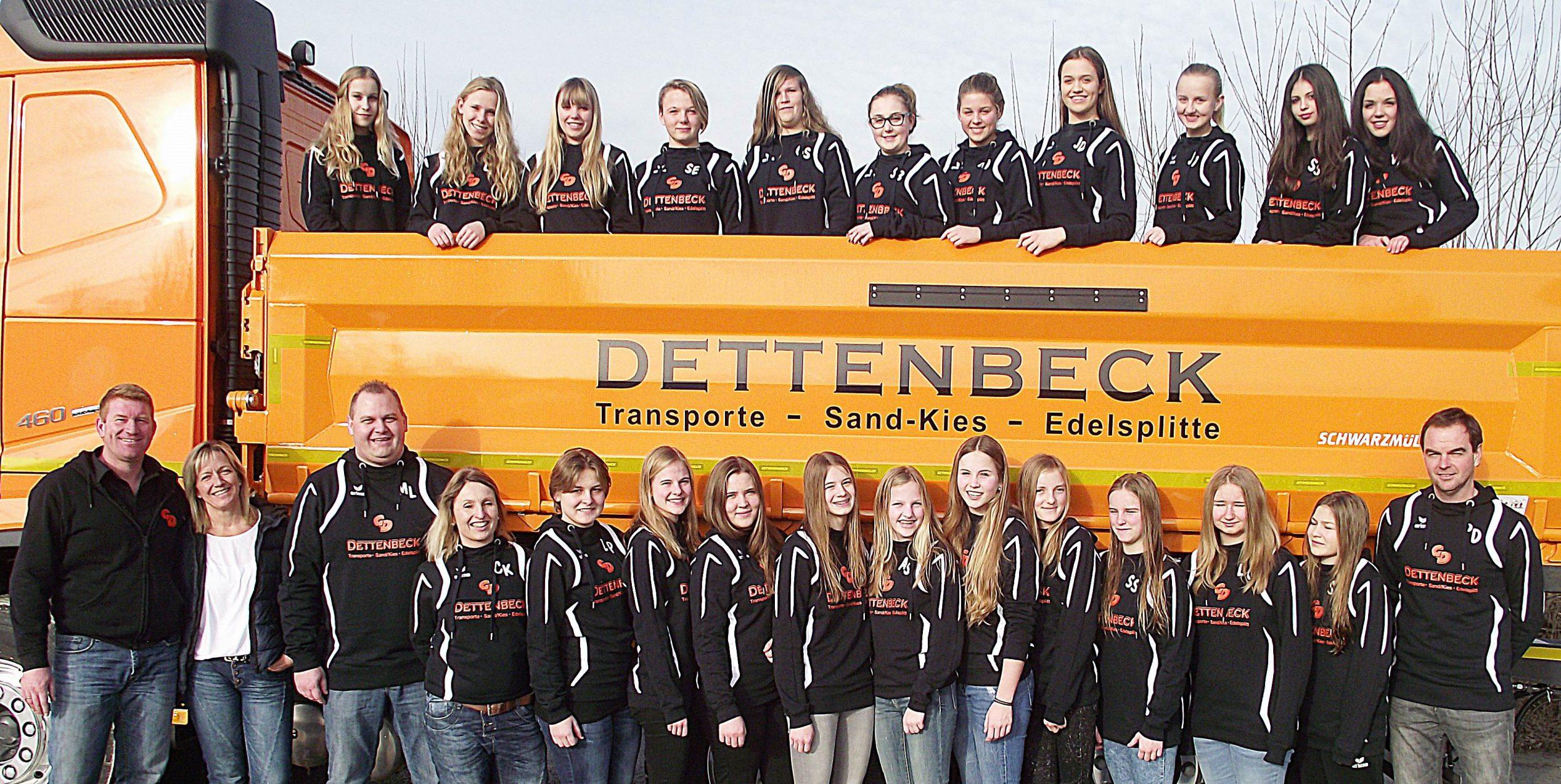 Auf dem Foto sind neben den Spielerinnen aus Schnaitsee und Waldhausen unten von links die spendable Familie Georg und Claudia Dettenbeck, sowie das Trainerteam mit Martin Linner, Cilly Kern und Peter Dinner (rechts außen).
