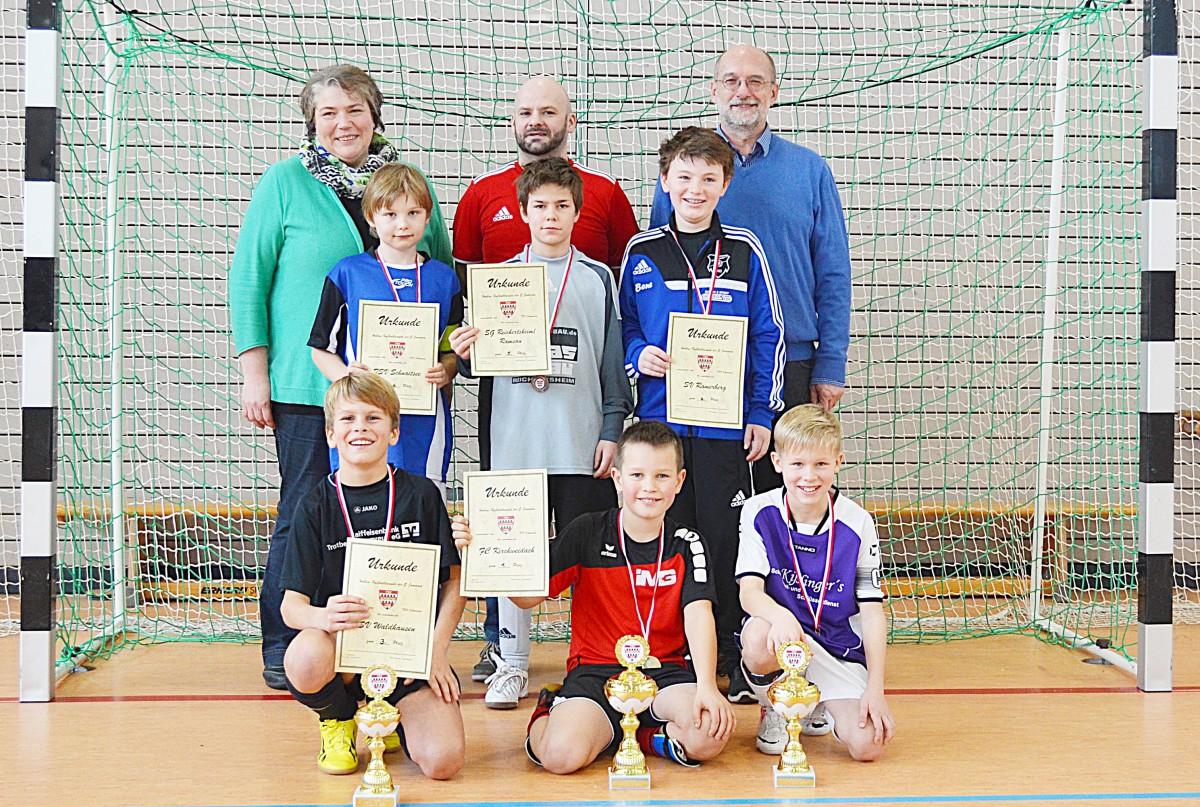 Dritte Bürgermeisterin Anita Meisl, Jugendleiter Klaus Pichler und Sponsor Walter Herbst (von links) nach der Siegerehrung mit den Spielführern der E-Junioren-Teams.