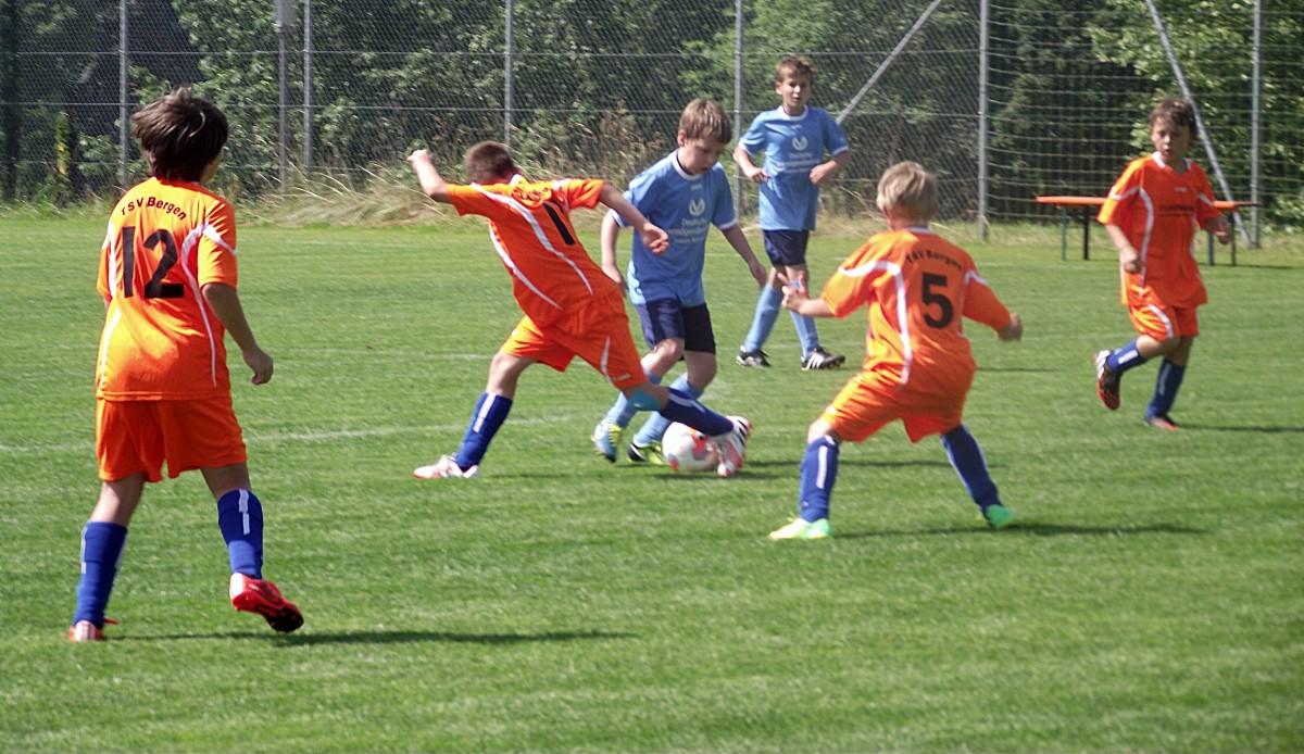 Rassige Zweikämpfe und Duelle um den Ball zeigten die Spieler beim Meisterturnier der E-Junioren in Schnaitsee