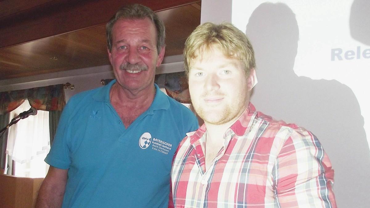 Kreisspielleiter Bernd Schulz (links) ehrte den TSV Schnaitsee für die Integrationsarbeit mit Flüchtlingen und überreichte an Fußball-Abteilungsleiter Dominik Schuhbeck den Unterstützerscheck der Egidius-Braun-Stiftung: