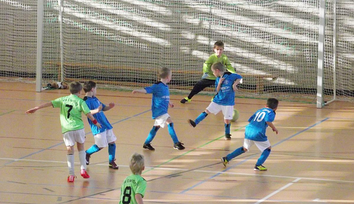 Auch bei den F-Junioren gab es zahlreiche packende Zweikämpfe zu bewundern. Sehr viele Zuschauer feuerten die jüngsten Kicker an.