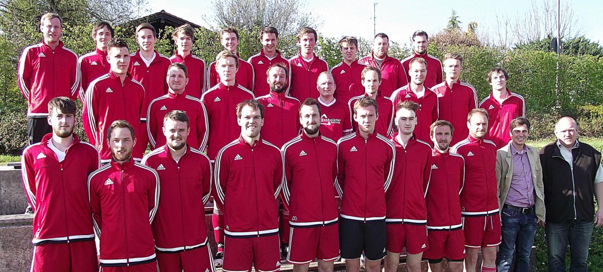 Die beiden Schnaitseer Fußball-Herrenteams mit Abteilungsleiter Fritz Graßl (vorne von rechts) und Sponsor Georg Scherer