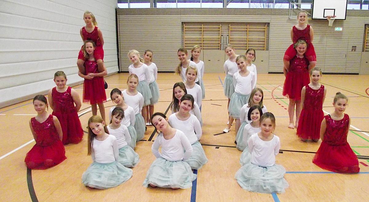 """Die """"Starlights-Kids ganz in weiß und die Starlight-Teenies ganz in rot tanzen im Fasching 2016 wie Feuer und Eis über die Tanzflächen."""