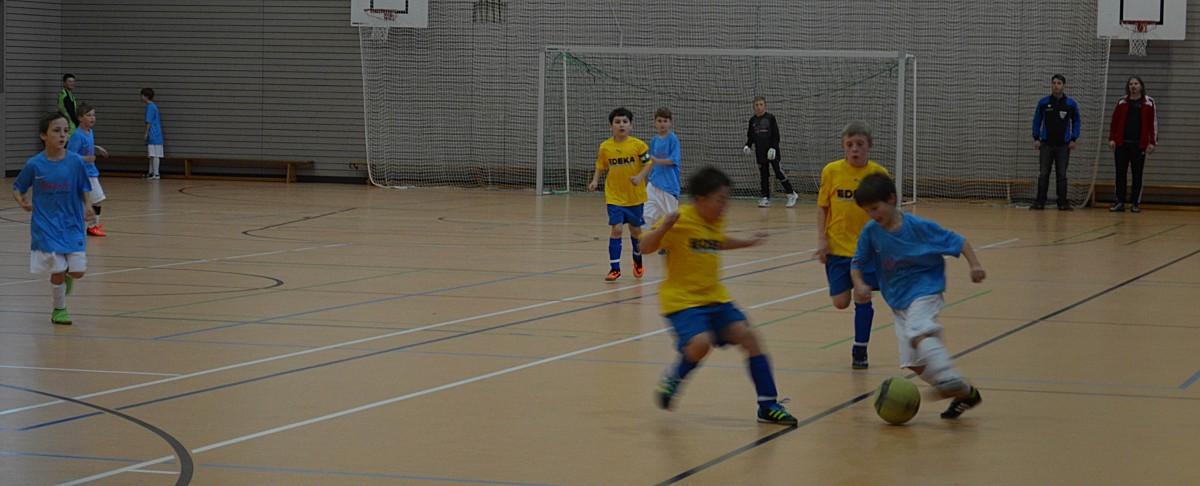 Rasante Spiele zeigten zum Abschluss die E-Junioren. Hier zieht Kilian Fritz vom TSV Schnaitsee zum Torschuss ab.
