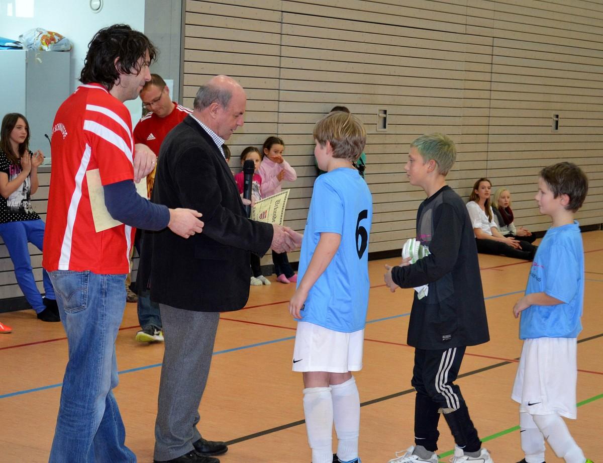 Auch bei den E-Junioren übernahm Bürgermesiter Vitus Pichler die Siegerehrung. Hier überreicht er unterstützt von FA-Leiter Manfred Heistrachen Urkunde und Pokal an den Spielführer des TSV Schnaitsee