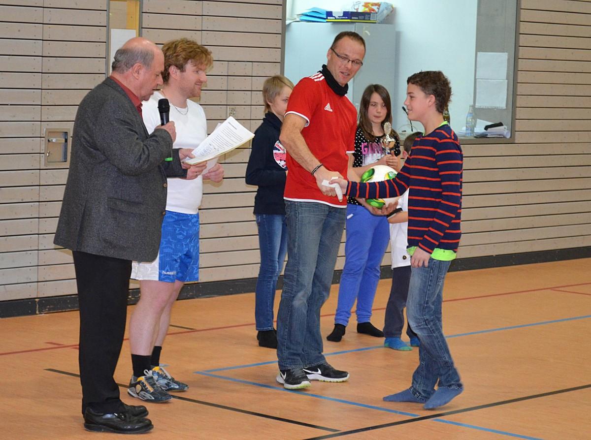 Den einzigen Turniersieg holte der TSV Schnaitsee bei den C-Junioren hier gratulieren Bürgermeister Vitus Pichler (von links). Sowie Dominik Schluck und Jürgen Edlmann vom TSV dem Spielführer Hermann Hochreiter.