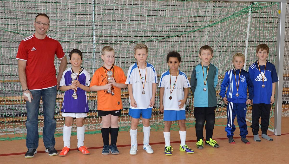 Viel Zuschauer fieberten mit den F-Junioren mit. Nach der Siegerehrung stellten sich die Spielführer mit TSV-Jugendleiter Jürgen Edlmann zum Erinnerungsfoto an das tolle Turnier