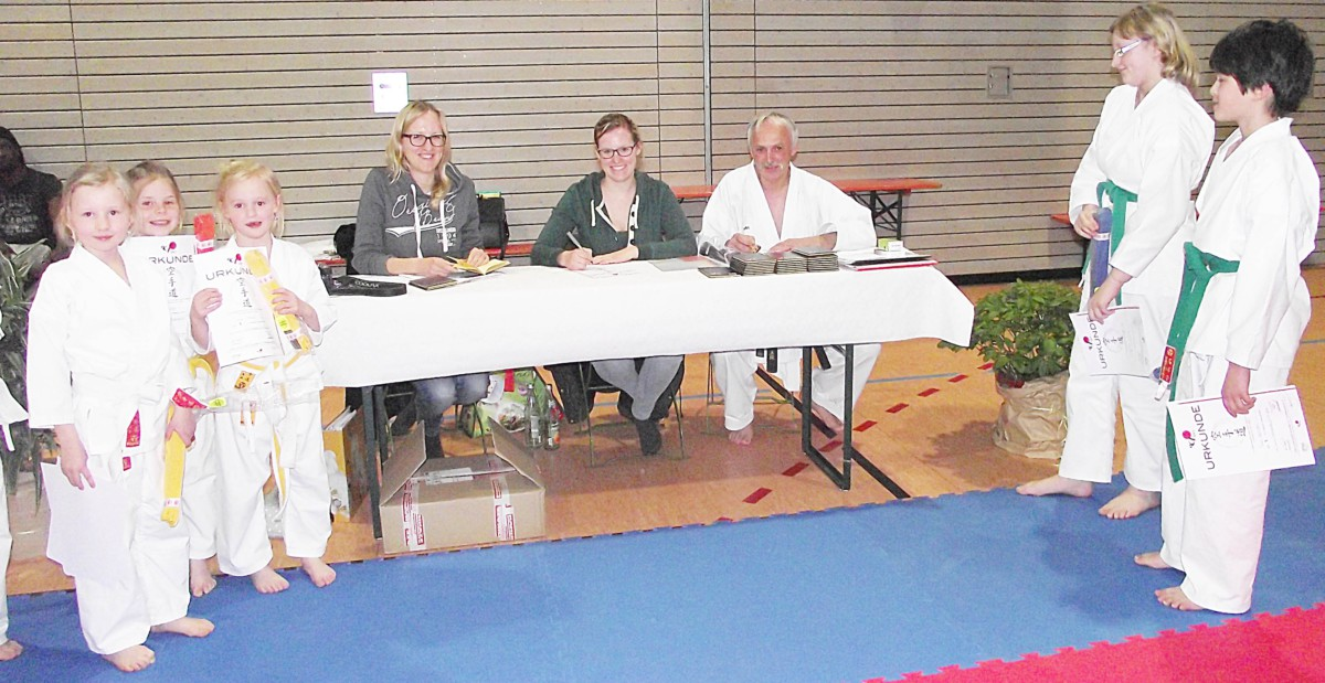 Am Richtertisch fungierten Anna-Maria (von links) und Katharina Scheitzeneder als Schreiberinnen und Richard Schalch als Schiedsrichter, der die Gürtelprüfungen abnahm.