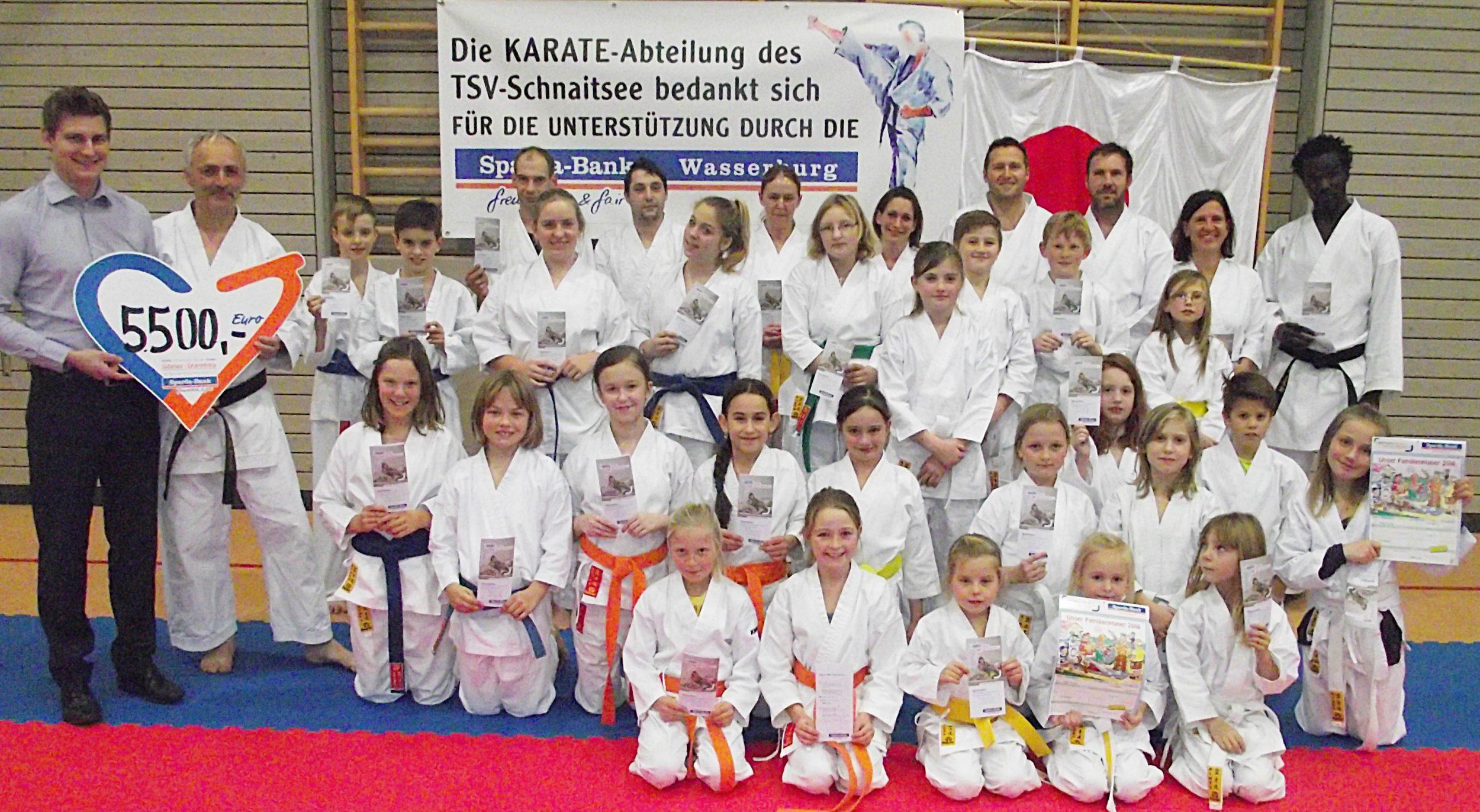 Unser Foto zeigt viele Karatesportler des TSV Schnaitsee zusammen mit dem Spender Michael Kierner von der Spardabank (hinten links) und ihren Trainer Richard Schalch (rechts daneben).