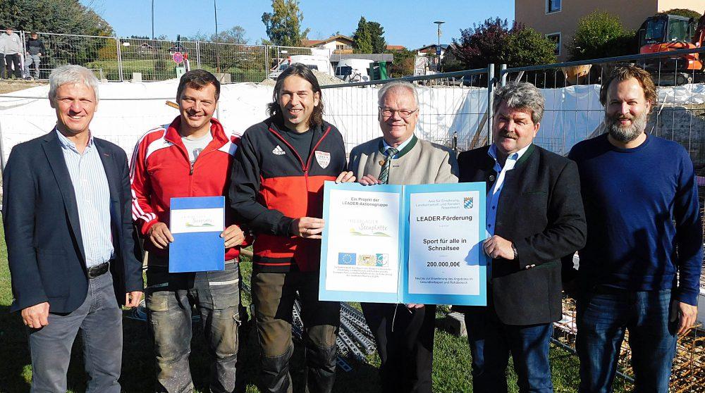 Bürgermeister Thomas Schmidinger (von links) und den TSV-Vorsitzenden Günter Edlmann und Manfred Heistracher bei der Übergabe des Förderbescheids von LEADER