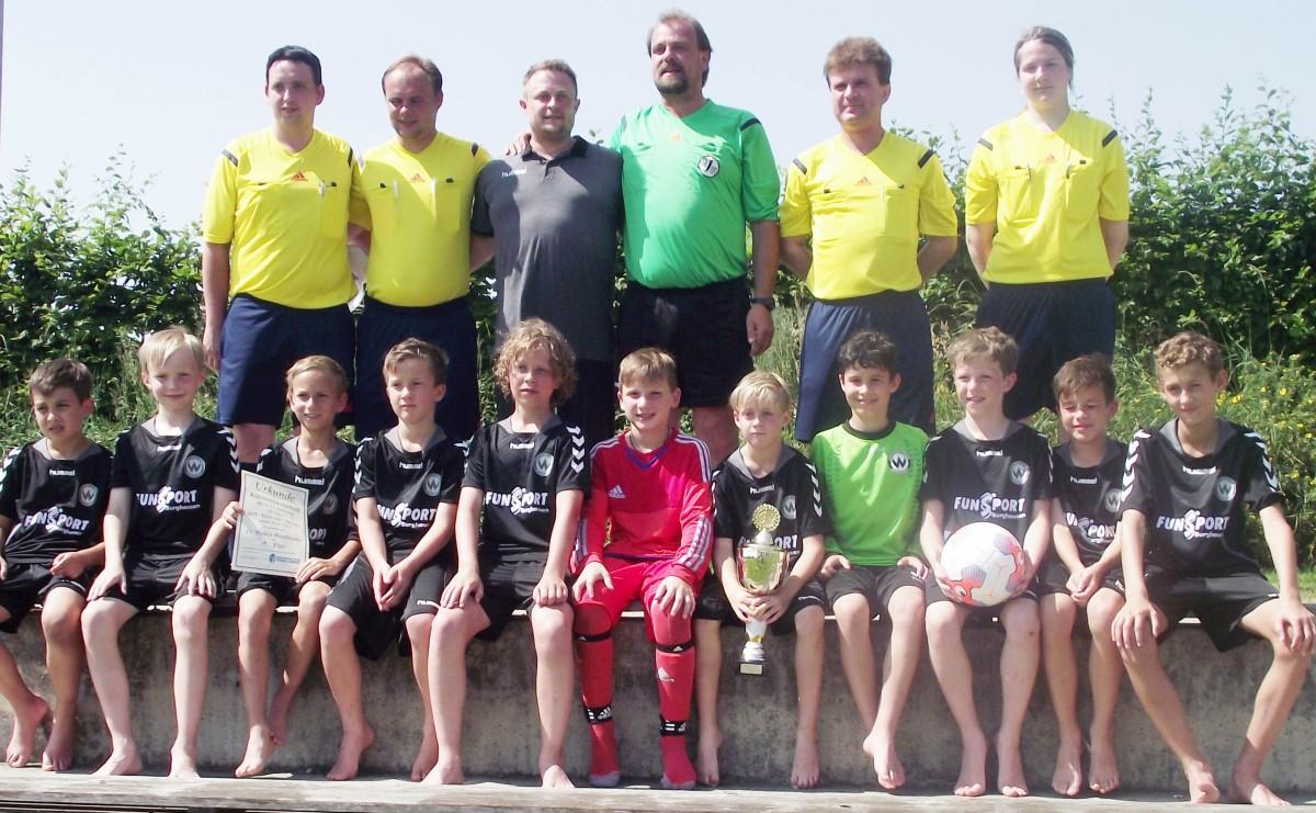 Der SV Wacker Burghausen wurde der Champion der E-Junioren im kreis Inn/Salzach. Die präsentieren sich zusammen mit ihrem Trainer Werner Emberger (dritter von links) und den Schiedsrichtern Richard Koller (von links), Robert Göhrs, Klaus Seidl, Bernhard Hellmich und Franziska Auberger