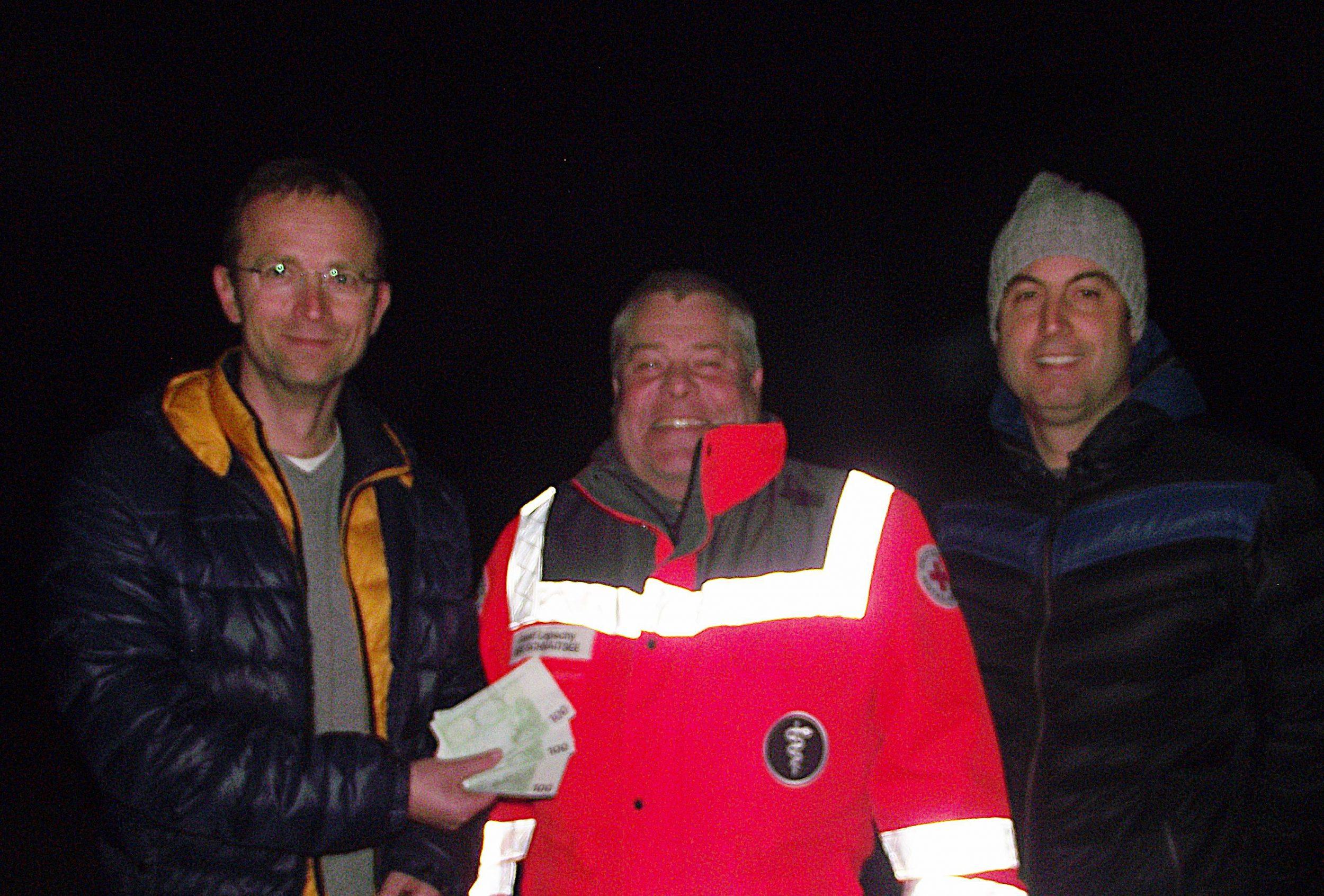 """Michael Wenzl (links) und Hans Fritz vom AH-Führungsteam überreichten an BRK-Bereitschaftsleiter Josef Lepschy 300 Euro für die """"Helfer vor Ort""""."""