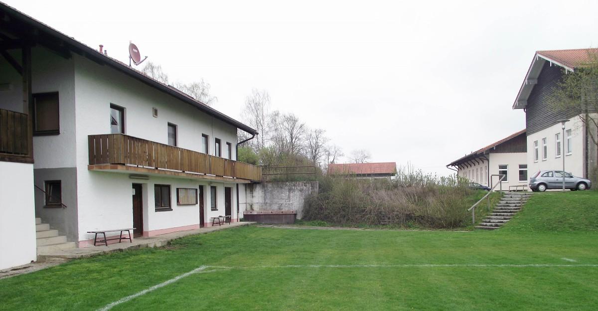 Das Sportheim wurde 1961 gebaut und bedarf einer gründlichen Renovierung. Zudem ist ein Anbau Richtung Schule (rechts) geplant. Was ist machbar? Was  können wir uns leisten? – sind die Prämissen für die Planung.