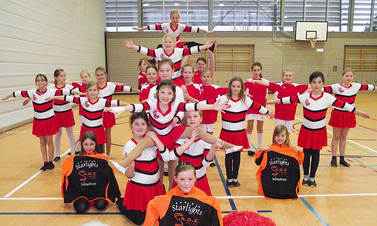 """Die """"Starlight-Fußballer"""" aus Schnaitsee sind zusammen mit ihren Cheerleadern auf Triumphzug """"Wir sind Weltmeister"""" durch die Faschingssäle 2015. Das neue Outfit sponserte S.A.G.E Gerüstbau mit Geschäftsführer Michael Hein."""