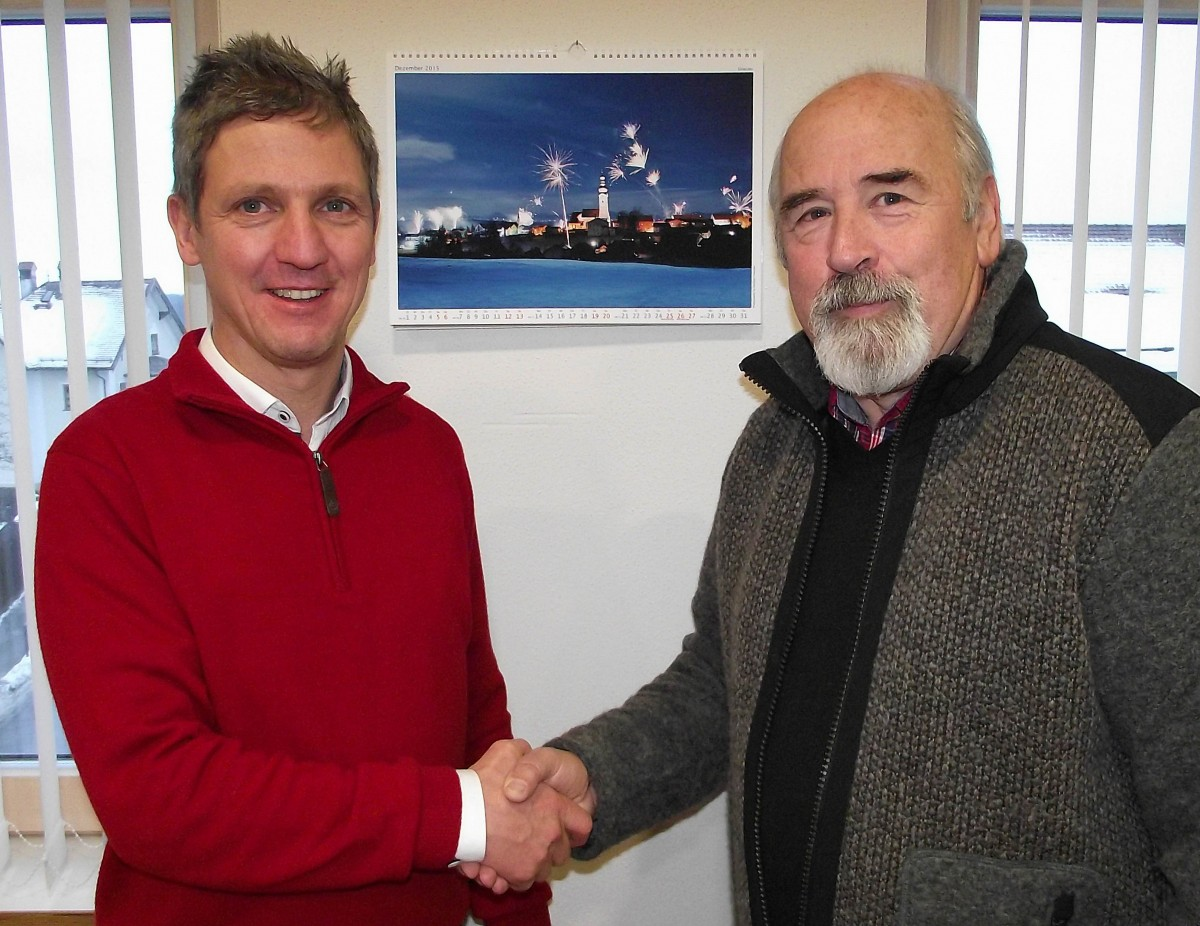 Bürgermeister Thomas Schmidinger (links) dankte dem TSV-Vorsitzenden Günter Verbega für die Spende zugunsten des Schnaitseer Sozialfonds.