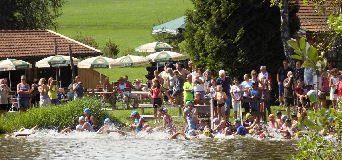 Über 90 Triathleten drängten sich vor großartiger Kulisse ins Wasser des Weitsees. Da konnte es schon mal eng werden.