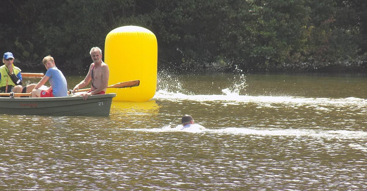Wasserwachts-Chef Walter Brinkhoff (rechts) und ein Schiedsrichter leiten einen falsch schwimmenden Teilnehmer auf die richtige Bahn
