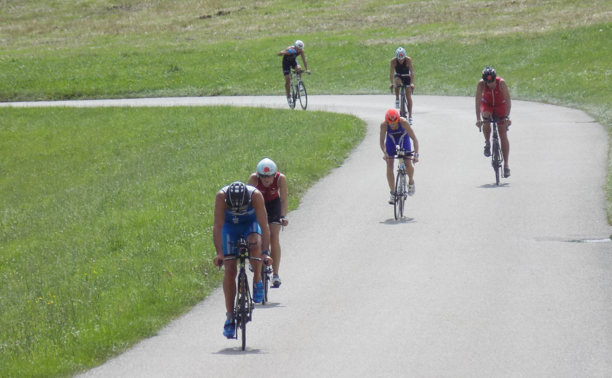 Gleich zu Beginn der Radstrecke verlangt der Seeberg von den führenden Radfahrern einiges ab.