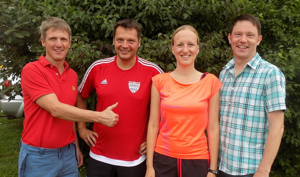 Daumen hoch von Bürgermeister Thomas Schmidinger (von links) für die erfolgreichen Teilnehmer des Gemeinderats Günter Edlmann, Anna Scheitzeneder und Christian Huber