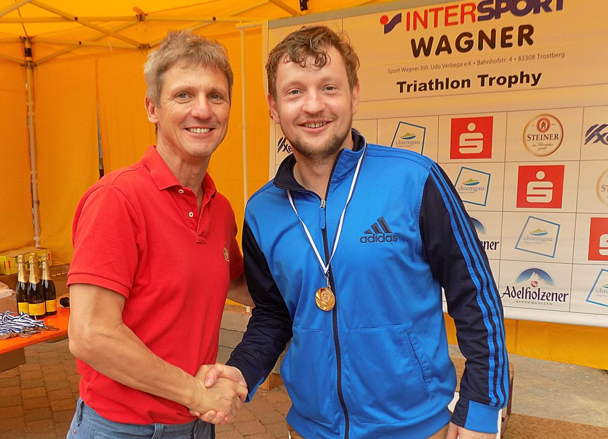 Bürgermeister Thomas Schmidinger (links) gratuliert dem einzigen Schnaitseer Sieger Wolfgang Kinzner